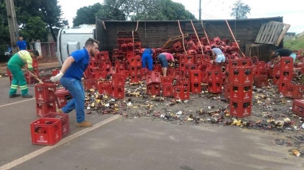 Caminhão carregado com garrafas de cachaça tomba na marginal da PR-323, em Maringá (Foto: Defesa Civil de Maringá/Divulgação)