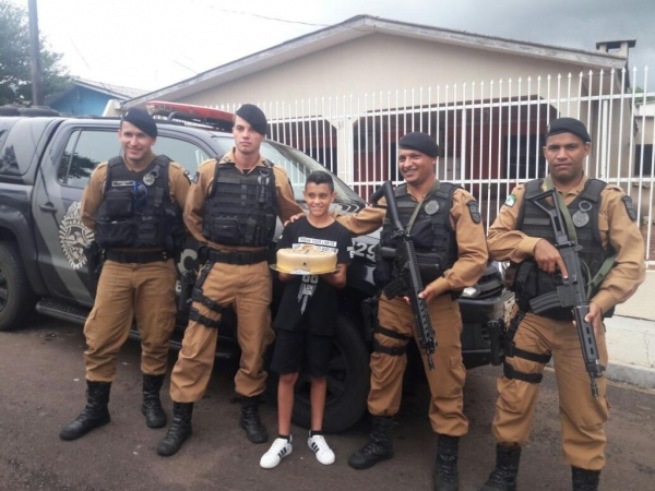 Por volta das 14h00min os policiais militares chegaram até a residência do garoto trazendo alegria, abraços e presentes.(Fotos;Assessoria)