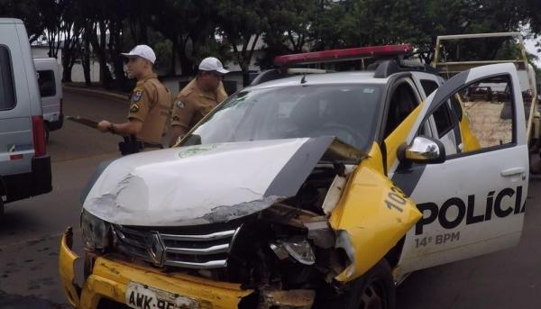No acidente, a frente do carro da polícia ficou praticamente destruída (Foto: Reprodução/RPC)