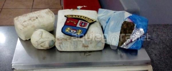 Após buscas polícias encontraram em baixo de um veículo Ford/Courier, de cor prata, uma bolsa contendo 04 invólucros de maconha (Foto: Cristine Kempp/AquiAgora.net )