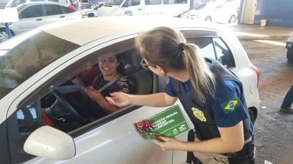 Serão oferecidos bombons, pelas policiais, às mulheres. (Fotos: PRF)
