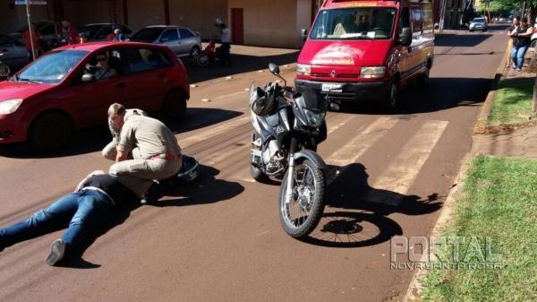 Com o impacto, o motociclista sofreu queda e ferimento leves. (Foto: Marcio Cerny)