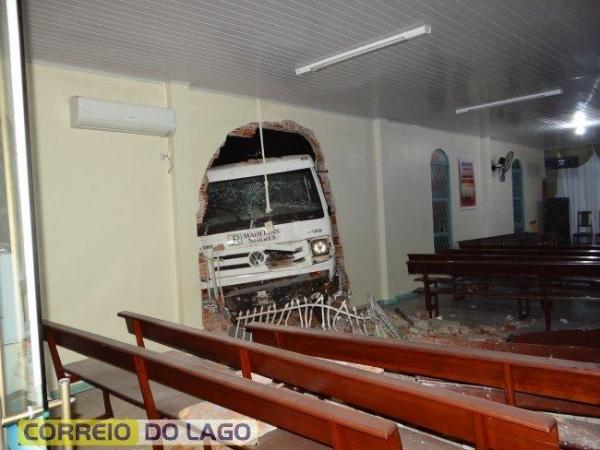Não havia ninguém na igreja no momento do acidente. (Fotos: Correio do Lago)