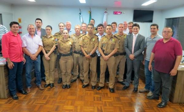 """Vereadores com os policiais militares do BPEC homenageados com """"Votos de Louvor"""" (Foto: Cristiano Viteck )"""