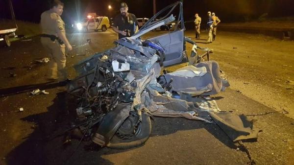 O automóvel dirigido pelo jovem que morreu ficou destruído com a batida (Foto: Diário da Informação)