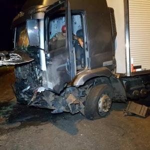 O motorista do caminhão teve ferimentos leves e foi levado ao hospital em estado de choque (Foto: Diário da Informação)