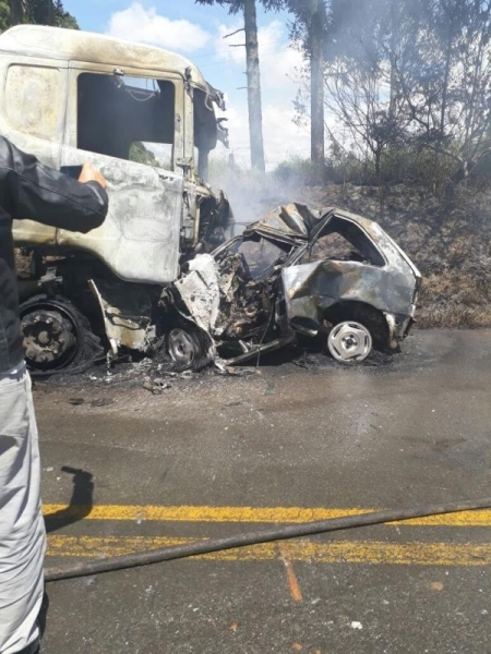 Após a batida, o automóvel pegou fogo e a mulher morreu carbonizada. (Fotos: Tibagi News)