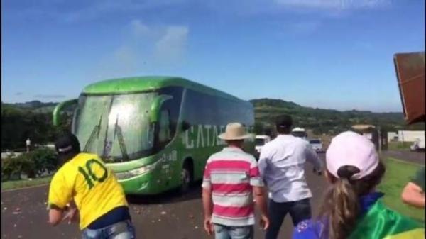 Manifestantes contra a caravana de Lula arremessaram ovos contra o ônibus que seguia do Rio de Janeiro até Foz do Iguaçu. (Foto: Catve)