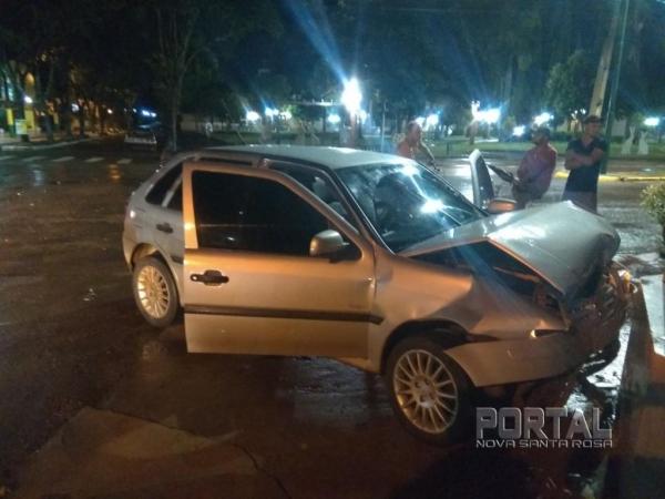 O veículo teve a frente bastante afetada. (Foto: Colaborador)