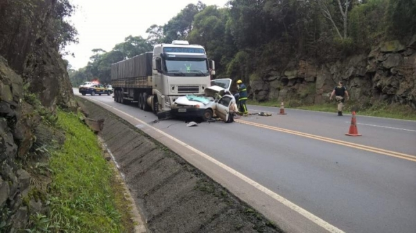 Acidente entre caminhão e carro deixa dois mortos na região Sul do estado (Foto: Colaboração / WhatsApp )