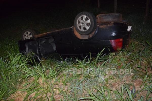 Um veículo Corsa capotou em uma curva próximo