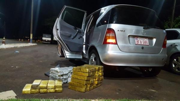 Paraguaios são preso com maconha no fundo falso de Mercedes Benz em Santa Terezinha de Itaipu (Foto: PRF)