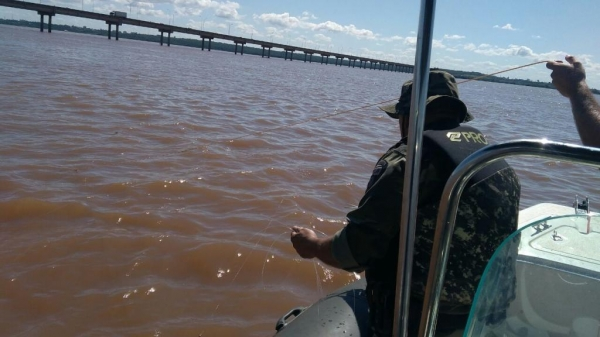 O patrulhamento aquático ocorreu no lago de Itaipu. (Foto: Polícia Ambiental)
