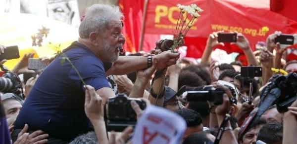 O ex-presidente Luiz Inácio Lula da Silva foi carregado pela multidão de militantes após discursar no ABC. (Foto: UOL)