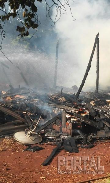 A casa e um veículo ficaram destruídos. (Foto: Colaborador)