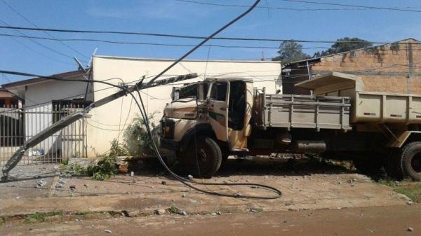 Com o poste quebrado, cerca de 80 residências ficaram sem energia elétrica. (Foto: Massa News)