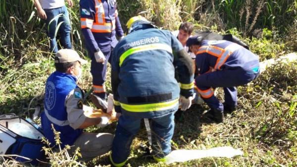 A vítima, ocupante do carro, chegou a ser socorrida, mas não resistiu aos ferimentos.. (Fotos: CGN)