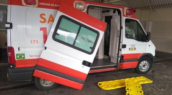 A porta da ambulância caiu e atingiu a cabeça de uma socorrista.(Foto: Divulgação)