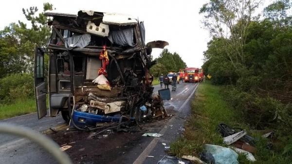 Caminhão e ônibus bateram de frente na PR-151 (Foto: André Salamucha/RPC)