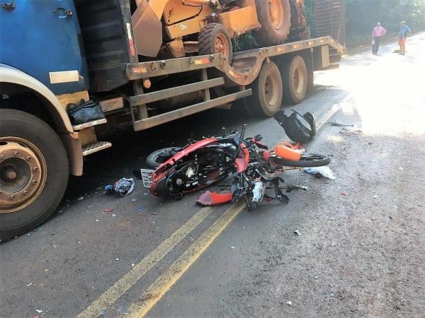 A colisão ocorreu quando o motociclista tentou ultrapassar um ônibus. (Foto: Rádio Grande Lago)