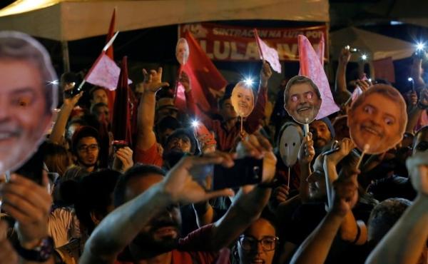Apoiadores de Lula concordaram em deixar o entorno da sede da PF em Curitiba (Foto: Rodolfo Buhrer/Reuters)