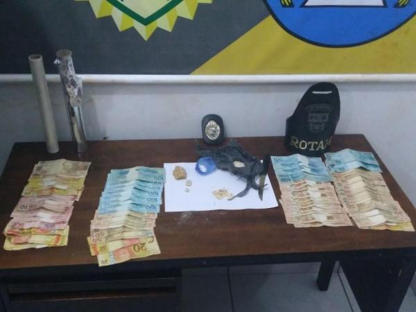 Dinheiro e drogas foram apreendidos. (Foto: PM)