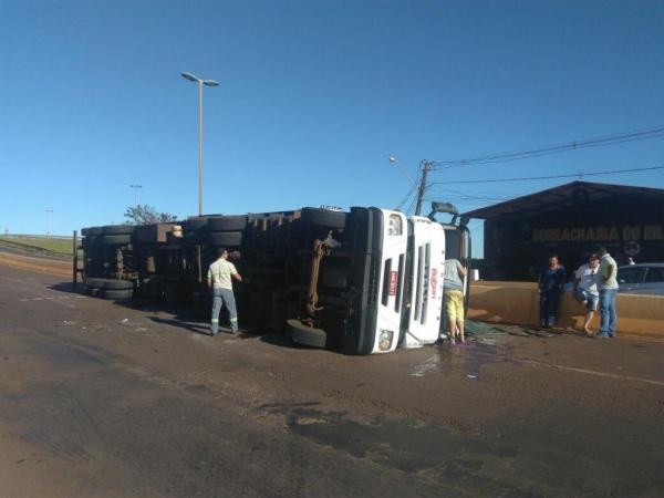 Caminhão tomba na entrada de Toledo (Foto: Divulgação/Whatsapp )