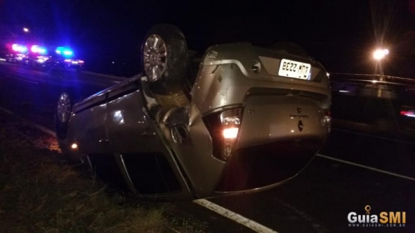 Após capotar por várias vezes, o veículo parou no canteiro central da rodovia.(Guia SMI)