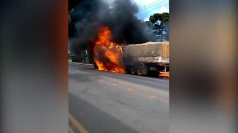 O fogo teve início por volta das 12h50. (Foto: A Rede)