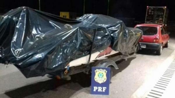 O condutor de 20 anos e o passageiro de 41 anos foram detidos. (Foto: PRF)