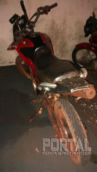 A motocicleta sem placas foi encaminhada ao pátio da PM. (Foto: PM)