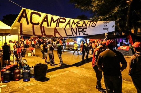 Acampamento em frente à sede da Polícia Federal em Curitiba (Foto: Arquivo/Franklin de Freitas)