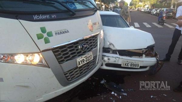 O acidente envolveu um micro-ônibus da Secretaria de Saúde. (Foto: Bogoni)