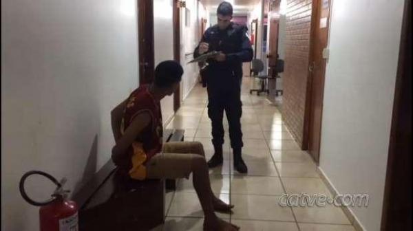 O rapaz foi preso e fica à disposição da Polícia Civil. (Foto: Catve)