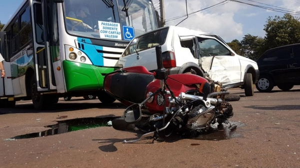 A colisão foi tão forte que uma roda da moto chegou a ser arrancada. (Fotos: CGN)