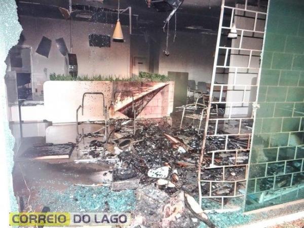 Bandidos explodem agência do Sicredi em Santa Helena (Foto: Correio do Lago )
