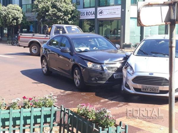 Nã houve feridos no acidente. (Fotos; Portal Nova Santa Rosa)