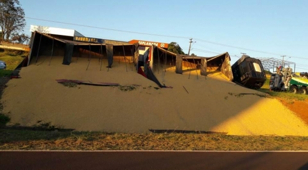 O veículo estava carregado com 37 toneladas de milho. (Foto: Tarobá News)