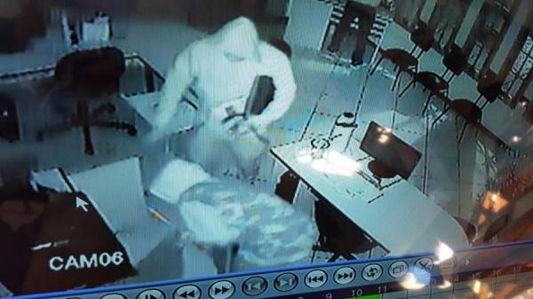 As câmeras de segurança verificaram a atuação de três bandidos encapuzados. (Foto: Assessoria )