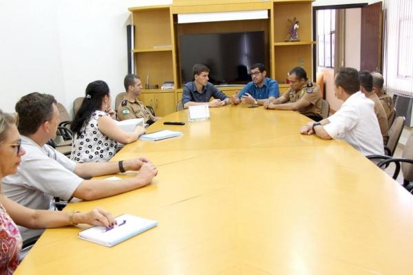 A reunião com representantes da PM realizada na quinta-feira . (Foto: Assessoria)