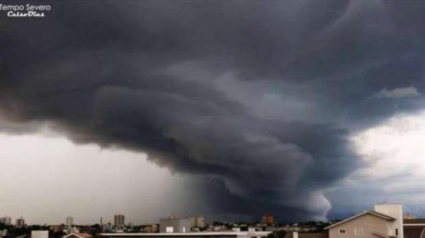 Fotógrafo faz registro incrível de chuva em Cascavel (Foto: Celso Dias )