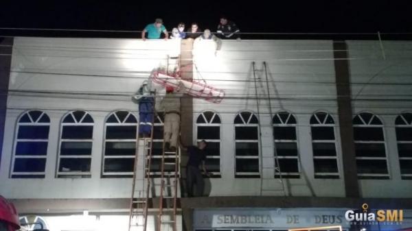 Jhames fazia a instalação de uma caixa de som na igreja. (Foto: Guia SMI)