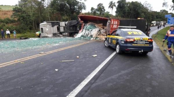 Caminhão carregado com vidros perdeu o controle e tombou na rodovia. (Fotos: News PG)