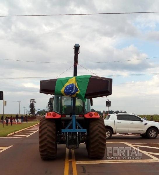 Um caixão com a bandeira do Brasil em sinal de protesto. (Foto: Colaborador)