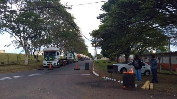 Paralisação continuava em Londrina na manhã desta sexta-feira (25) (Foto: Alberto D\'angele/RPC)