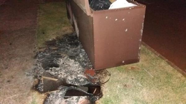Lixeira incendiada pelo elemento. (Foto: Marechal News)