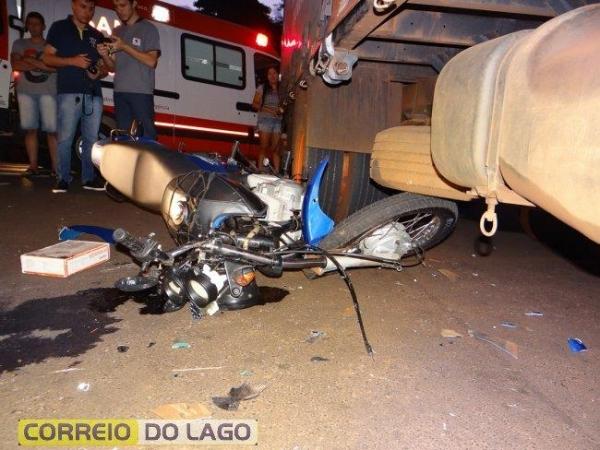Com a colisão o motociclista precisou ser atendido pelos socorristas do SAMU. (Foto: Correio do Lago)