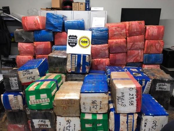 Entorpecente foi encontrado em caminhão que estava carregado com sofás, em Umuarama (Foto: Polícia Civil/Divulgação)
