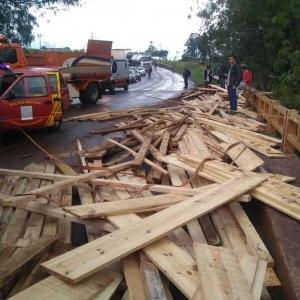 Carregamento de madeira ficou espalhada na ponte após acidente em Goioerê (Foto: PRE/Divulgação)