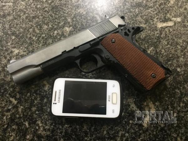Um celular e um simulacro de arma foram para a delegacia. (Foto:PM)